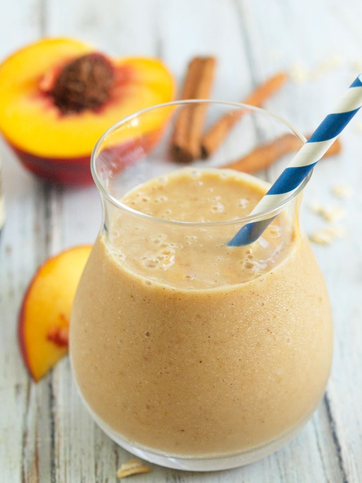 Healthy Peach Crisp Smoothie--tastes just like peach crisp in smoothie form!  I love to use frozen peaches in the winter to get a taste of summer when I'm freezing!  #smoothie #recipe #cleaneating