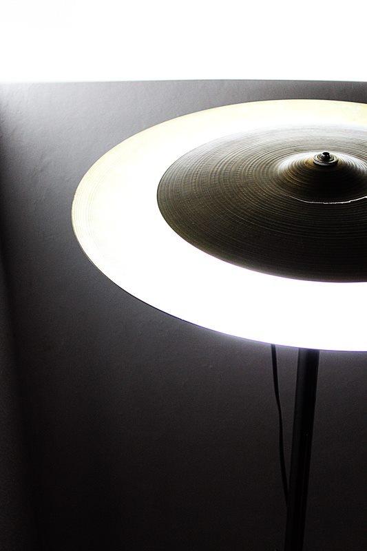 Mantendo o conceito rock que permeia todos os seus projetos, Beto Janz criou uma luminária a partir de pratos usados de bateria.
