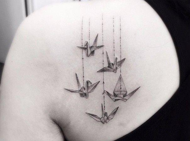 Geometryczne tatuaże w wykonaniu chłopaka, który rozpoczął eksperymentować z tatuowaniem w wieku 13 lat.