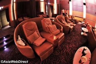 VIP rooms at Siam Paragon movie theater - A relatively new addition to the already world-class movie theatre up on the top floor is the Nokia VIP Ultrascreen. Think of it as an upgrade to first-class on a long-haul flight. 700 baht gets you deep-seated leather sofa booths with motorized reclining footrests, complimentary snacks and drinks, and a blanket so you can snuggle up close to watch the latest movie releases on a stunning digital screen.