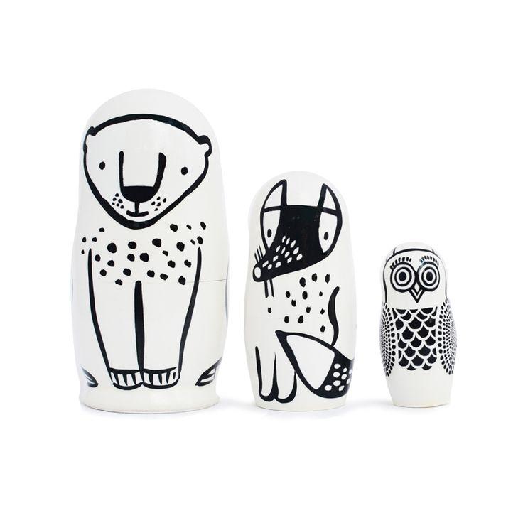 Matrioskas - Nesting Dolls FOREST FRIENDS. Este conjunto de 3 figuras en blanco y negro que cuenta con: el oso, el zorro y el búho. Los tres vienen empaquetados uno dentro del otro y están pintados a mano en un pueblo en Rusia, especialmente para Wee Gallery.