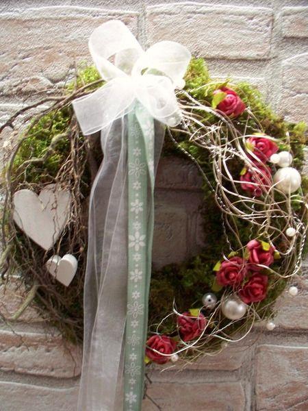 Türkranz,verspielt mit roten Rosen,Herz,Natur von ...die mit den Blumen tanzt... auf DaWanda.com