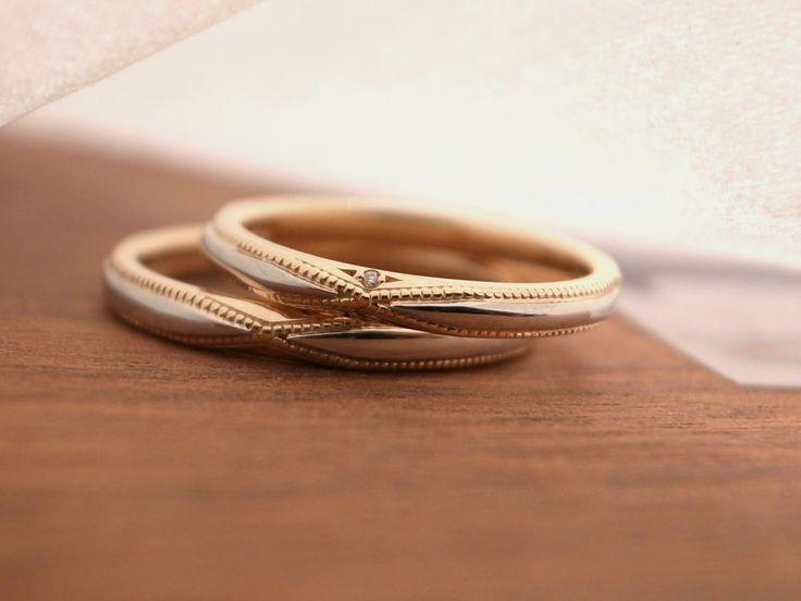 個性的なアンティーク調デザインの結婚指輪。クロスに走るミルグレイン×中央