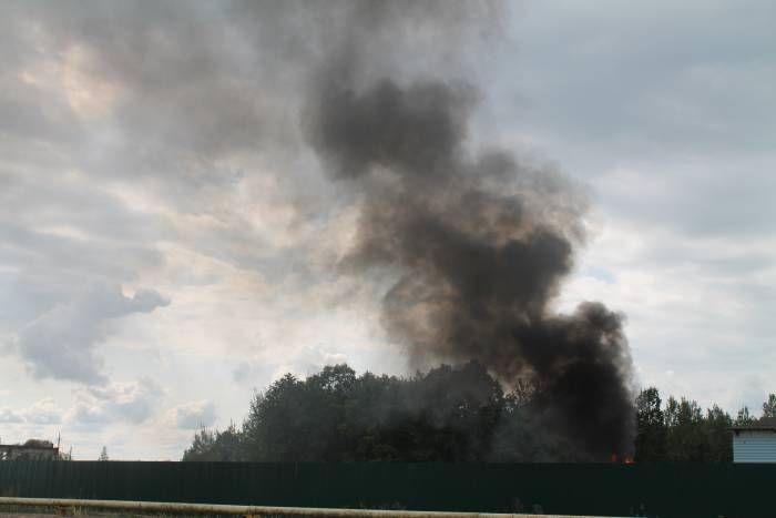 черный дым, который напугал жителей витебского микрорайона  Сегодня черный дым можно было увидетьеще в начале микрорайона Билево, однако сам пожар был недалеко от Витебского приюта для бездомных животных, напротив спецавтобазы.Что-то горело на территории Сп�