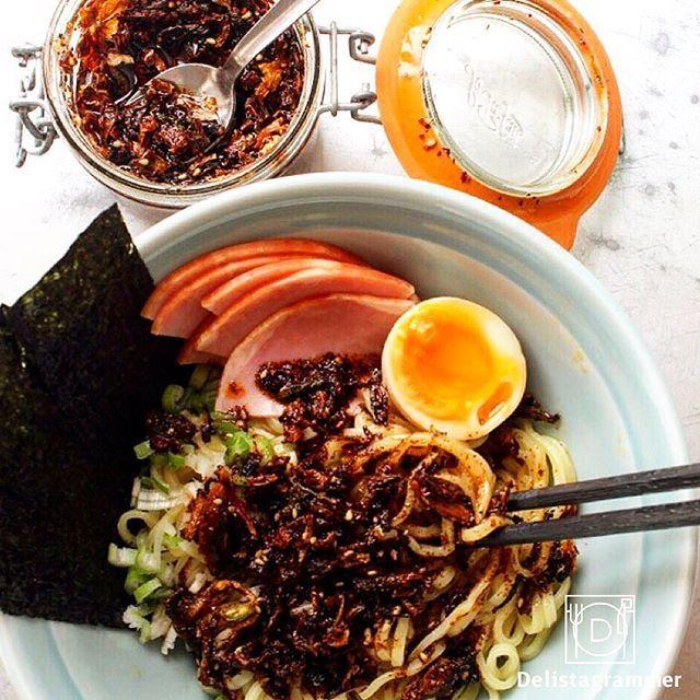 """ouchigohan.jp 2017/06/25 21:29:11 人気デリスタグラマーが選ぶ 、""""今""""食べたい「おうちまぜそば」コンテスト開催! photo by @higuccini . 皆さんはインスタグラムで今話題の「おうちまぜそば」はご存知🍜😋? 「おうちまぜそば」とは、おうちでお手軽に自分好みのトッピングをして楽しむまぜそばのこと🤓☝️ 誰でも簡単に作ることができ、アレンジのバリエーションも豊富で、家族みんなで楽しめると今大人気の麺料理です😋💡 . 今回おうちごはんではフォロワー数17万人超える大人気デリスタグラマー樋口正樹さん( @higuccini)が選出する「今食べたい!おうちまぜそば3選」コンテストを開催します🎶 . 実は樋口さん、様々なバリエーションのシズル感溢れるおうちまぜそばを作られているんです😍🙌 . 写真のおうちまぜそばは、樋口さん特製の食べるラー油をがっつり使ってシズル感溢れる見た目に☺️✨ それに加えてトロトロ加減が最高な味玉もトッピング。こんな素敵なおうちまぜそば、見るだけでお腹が鳴ってしまいそう😆🙌…"""