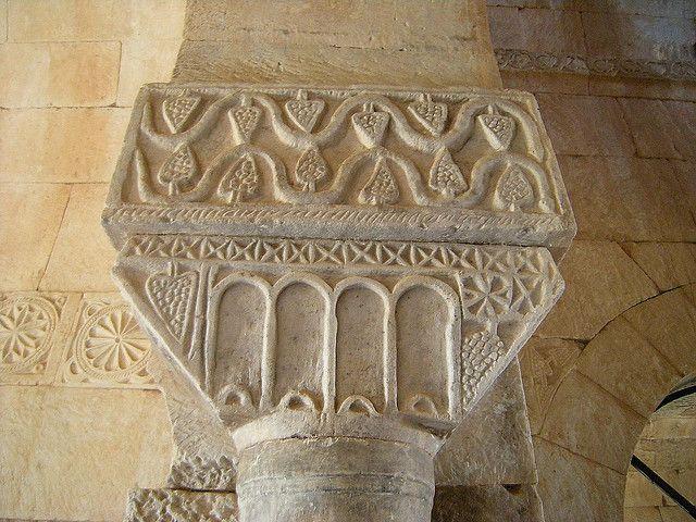 Iglesia de San Pedro de la Nave. El Cerrillo (Zamora), siglo VII. Capitel con decoración geométrica a base de racimos de uvas que representan la eucaristía.