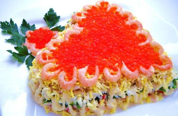 Салат делать слоями, каждый слой под майонезом.    1-крабовое мясо нарезать мелко.    2-петрушка,мелко порезать,    3-белок на терке,    4-кальмары отварные,    5-желток на терке,    6-икра.    Салат украсить креветками