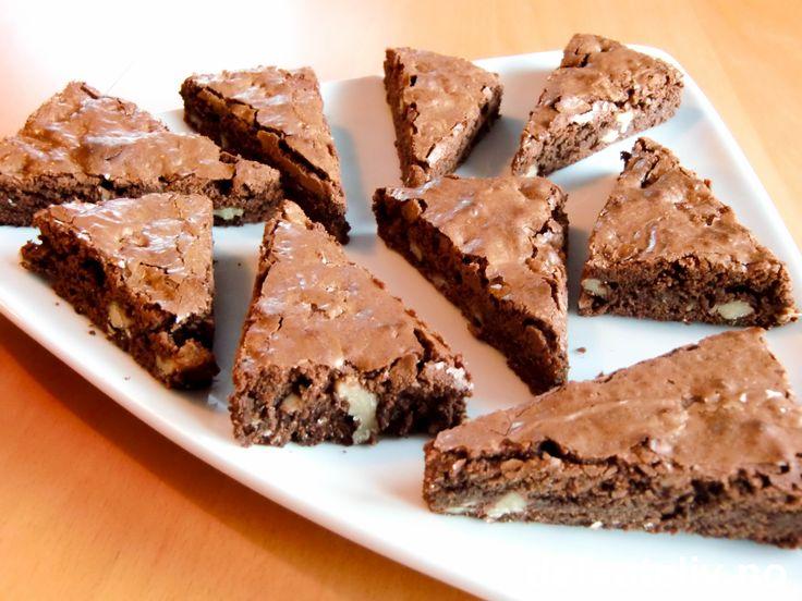 Brownies = True love forever! Oppskriften er til stor langpanne hvis du vil ha lave, myke kaker som på bildet. Kaken kan også stekes i liten langpanne hvis du vil ha fudgy kaker (se tips). True love uansett!