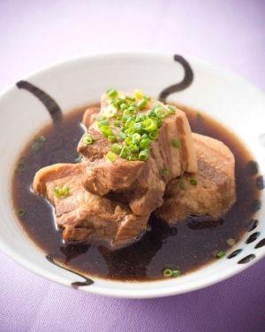 楽天が運営する楽天レシピ。ユーザーさんが投稿した「麦茶でできた♪和風バクテー」のレシピページです。シンガポールの代表料理「バクテー」。漢字で「肉骨茶」とも書かれるように、もともと漢方系お茶に骨付き豚肉を入れて煮込んだスープ。今回は麦茶で和風バクテーに。。麦茶でできた♪和風バクテー。豚ばら肉(塊),水,麦茶(乾燥パック),酒,八角,砂糖,オイスターソース,しょうゆ,万能ねぎ小口切り
