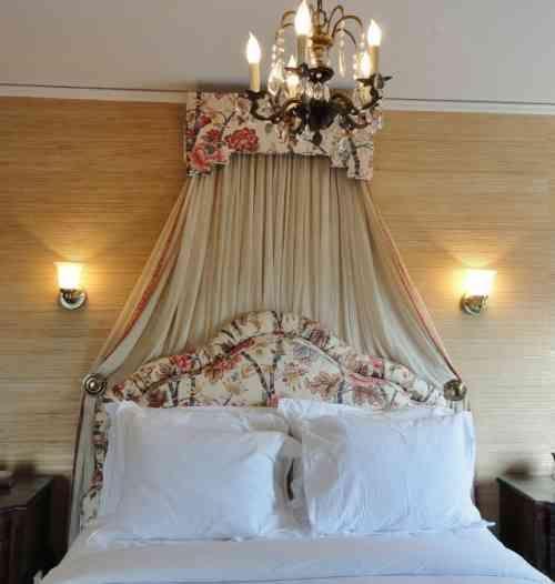 des rideaux romantiques à motifs floraux dans la chambre à coucher élégante