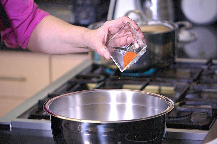 Agregar el pimentón dulce, pimienta de cayena, aceite de oliva y sal si fuera necesario.