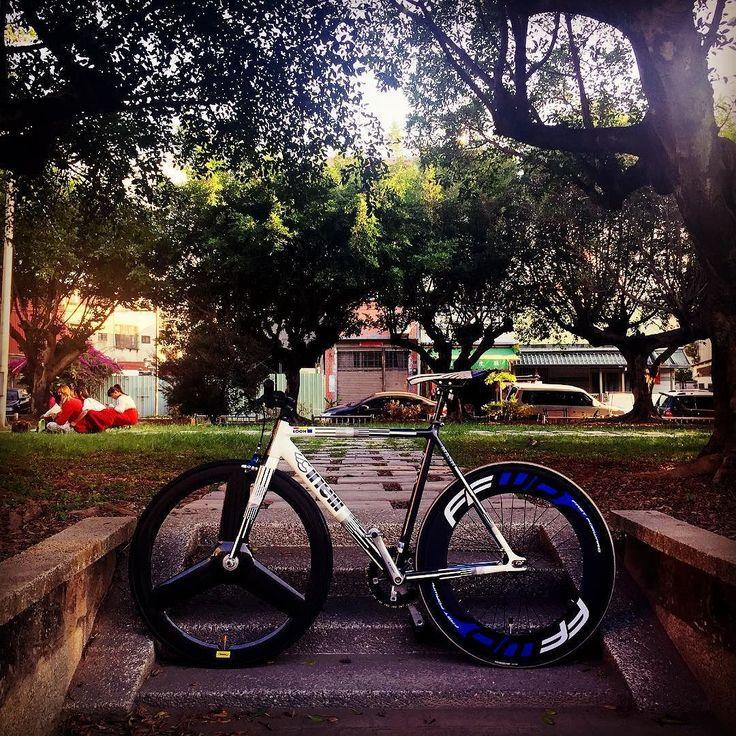 終於有很多時間陪你了 踩著踩著 好像什麼都能忘  #pista #bianchi #bike #street #campy #carbon #Cinelli #colnago #c #track #taiwan #suginozen #sugino #samarco #leader #fixedgear #fixedgeargirl #zipp #mavic #mavic3g #mavicwheels #njs #weels #ride #rideordie #white by james.pun_