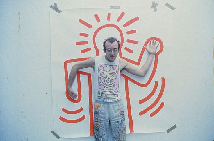 Keith Haring in front of his own typical figure drawing.