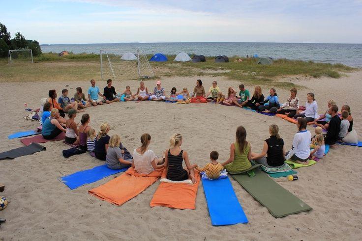 Yoga for voksne, unge og børn i alle alder på det skønne natursted Feddet på Sydsjælland. En naturperle med skov og lækker badestrand, der er kåret til at være en af de bedste badestrande på sjælland; børne venlig, med livreddere og blåt flag. Open Yoga C