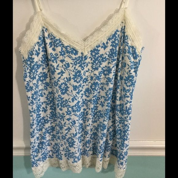 ❤️ AE blue cream white floral Cami with lace trim American Eagle floral blue and white cami with cream lace. Excellent condition! American Eagle Outfitters Tops Camisoles
