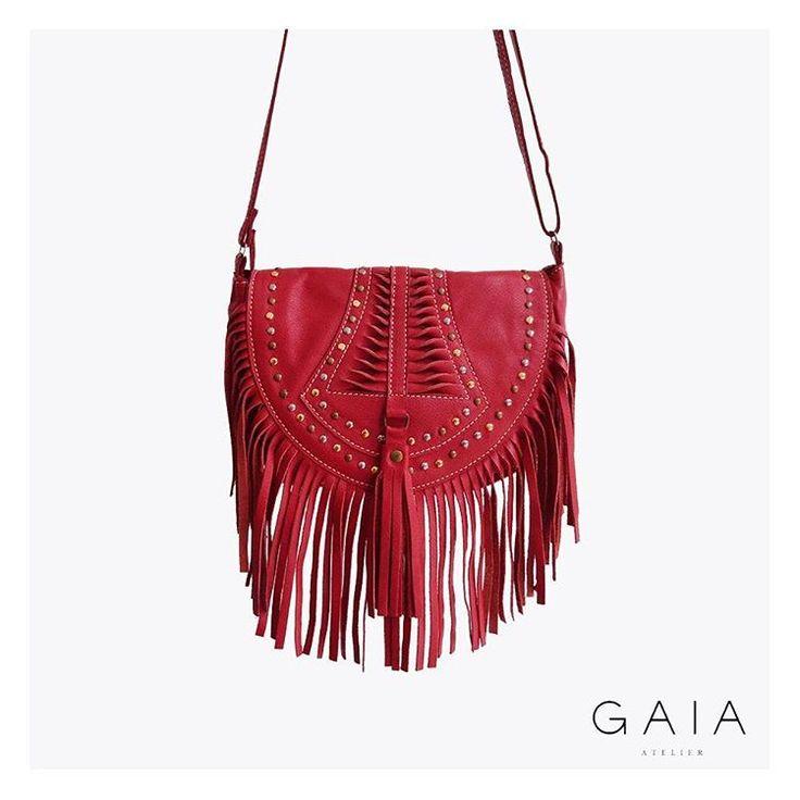 Bolsa boho de couro com franjas vermelha  #gaiaatelier #bolsadecouro #courolegitimo #bolsaboho #boho www.gaiaatelier.com.br