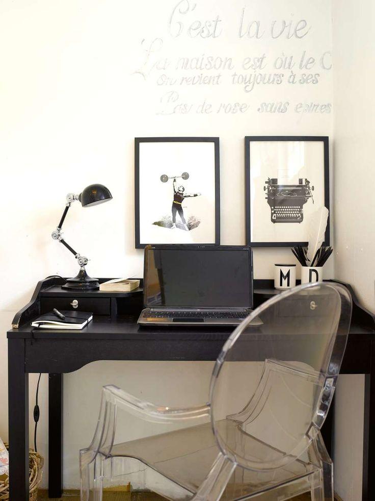 HJEMMEKONTOR: Det tøffe hjemmekontoret er innredet i svart og hvitt. Teksten på veggen er et effektivt virkemiddel som også kan endres etter ønske. Stolen er klassikeren Ghost chair fra Philippe Starck og plakatene er fra moltazdesignshop.se.