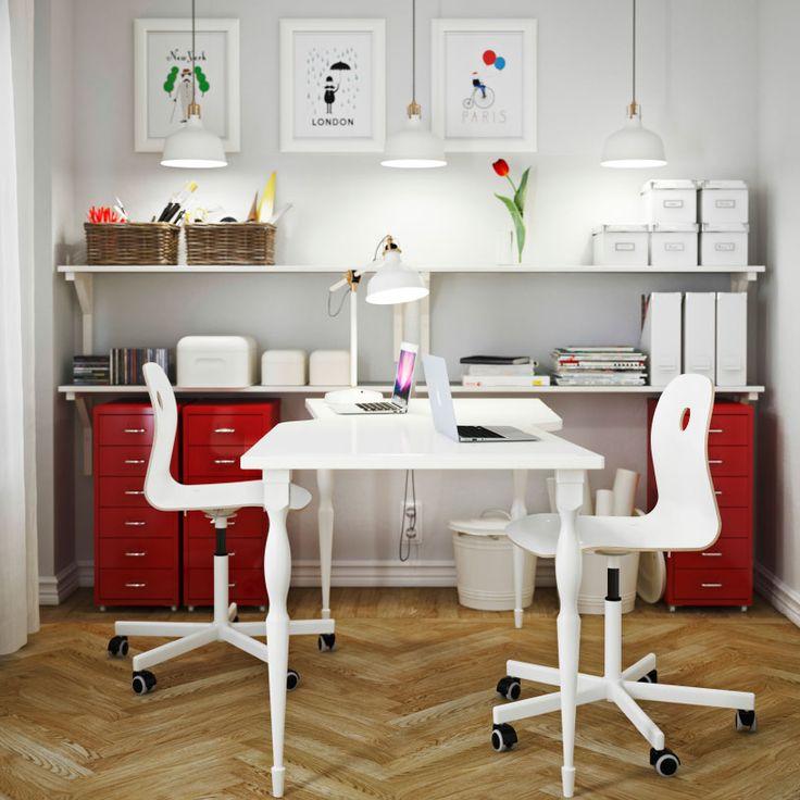 Um escritório em branco, com mesa HISSMON de dois lugares, cadeiras giratórias VÅGSBERG/SPORREN em branco e armários para pastas HELMER em vermelho