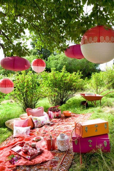 Gemütliche Picknick Dekoration im Garten.
