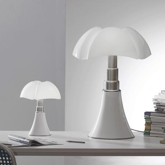 La lampe Mini pipistrello est la petite sœur de la lampe Pipistrello  créée par Gae Aulenti. De taille réduite à moitié par rapport à la Pipistrello, elle est identique au modèle original de 1965