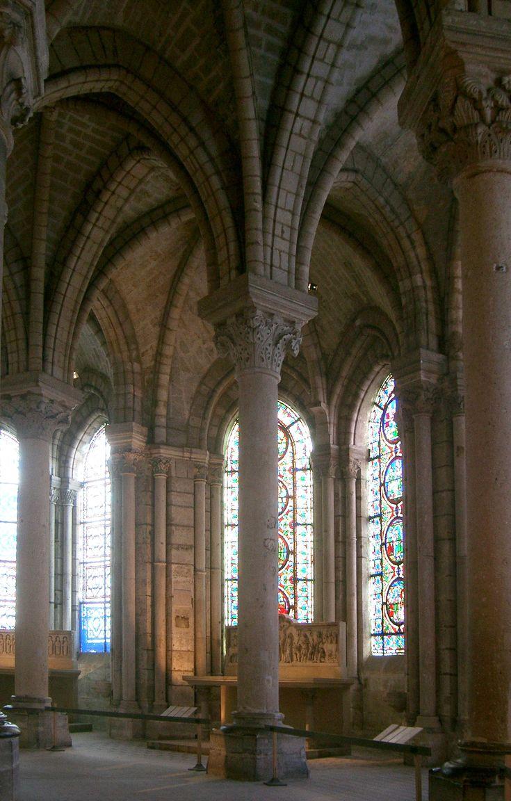 Le déambulatoire de la basilique Saint-Denis, dont la construction débuta en 1141 sous la direction de l'abbé Suger.
