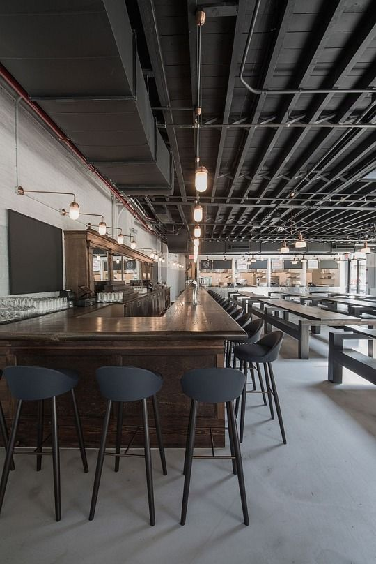 Dois prédios antigos e vizinhos, uma garagem e uma oficina, foram transformados em uma cervejaria contemporãnea no Brooklin, em Nova York. Com 9 mil m2 o Berg'n reúne a singular população local do almoço ao happy hour. Veja mais neste post: http://zip.net/bmqFDs