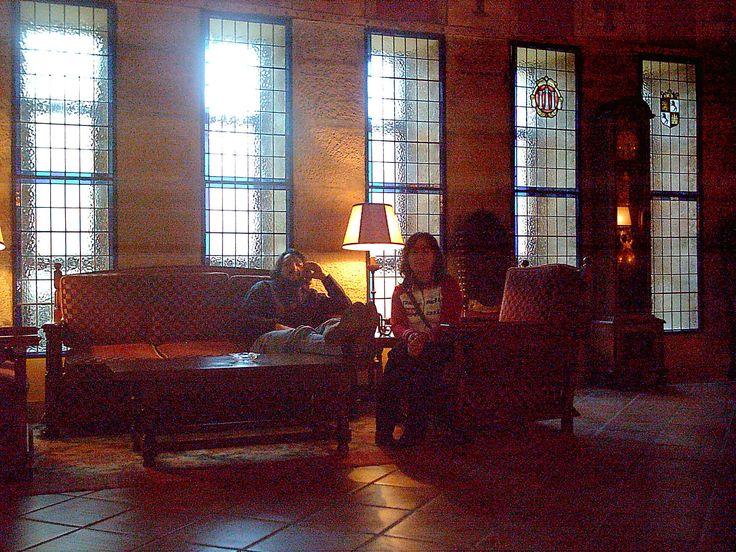"""Interior del Parador de Turismo, zona reservada a clientes hospedados. Un lujo tomar aquí un cafelito después de un día de culturización en la catedral de Ciudad Rodrigo. Habíamos estado en la exposición """"Las Edades del Hombre""""."""