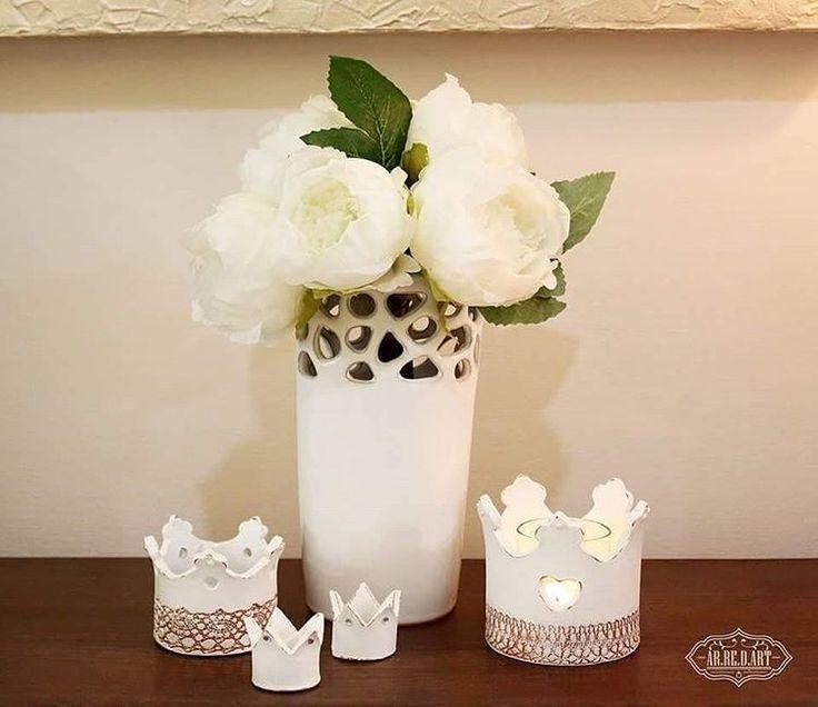 Buon Sabato 👑 #arredart #corona #coroncina #crown #ceramica #ceramics #candela #portacandela #candleholder #candle #white #bianco #shabby #shabbychic #shabbyhome #shabbydecor #homedecor #home #homesweethome #artigianato #artigianale #italianstories #creatoadarte #creatoadartepuglia #vaso #peonie #sabatosera #negozio #shop #madeinitaly