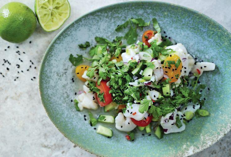 Det behöver absolut inte vara tråkigt att ha fastedag! Här får du recept på en sydamerikansk fiskrätt med vit fisk, kammusslor, röd lök, koriander och limesaft som får dig att längta efter fastedagarna!