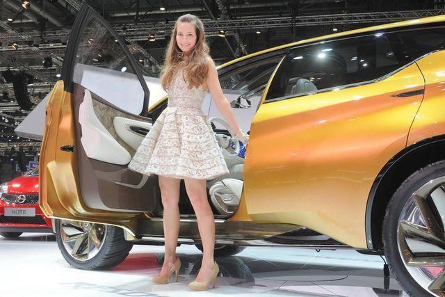 Mobil-mobil Mewah yang Didampingi Para Gadis Seksi