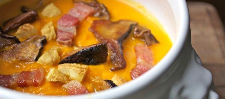 Zuppa di zucca ai funghi porcini, castagne e pancetta croccante