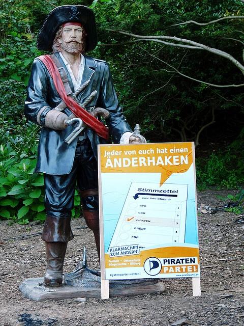Wahlplakat vor Piratenstatue by Piratenpartei Deutschland, via Flickr