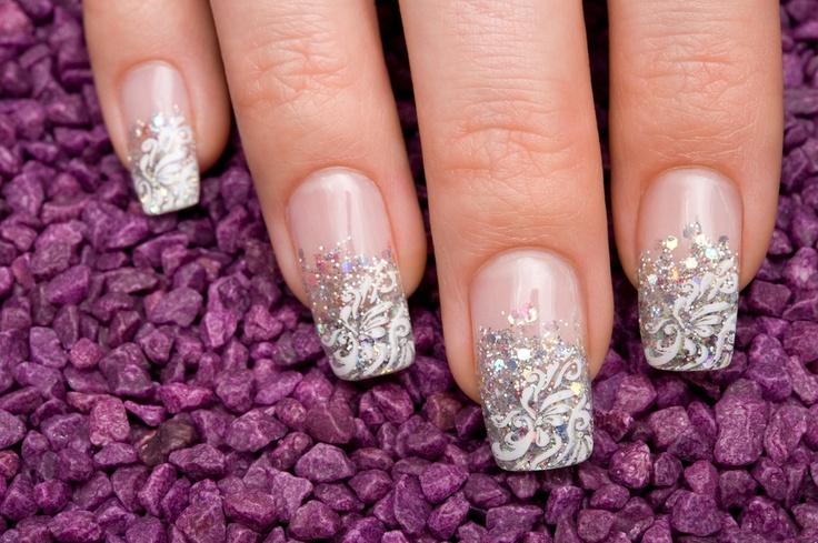En este link podrás apreciar algunas fotos de uñas decoradas para las fiestas que harán que te veas perfecta: http://www.imujer.com/2010/12/31/fotos-de-unas-decoradas-para-las-fiestas