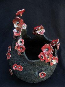 Voici cette pièce cuite, avec donc, des fleurs rouges... Je suis à fond dans ce style de pièces en ce moment et visiblement cela plaît....