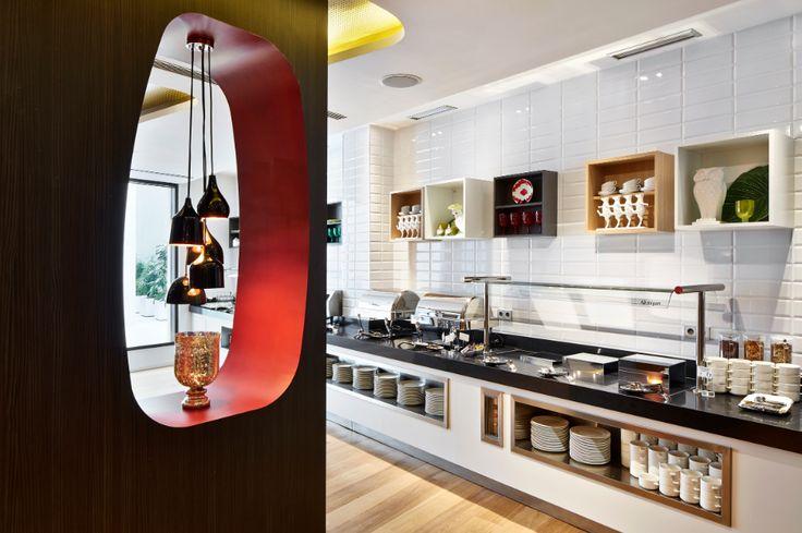 #designme #hotel #Barcellona #Dalì #technology #DuPont  http://design-me.it/99047/bt-media/nel-cuore-di-barcellona-un-hotel-ispirato-al-genio-di-dali-e-alla-sua-musa-arricchito-dalleleganza-di-intensi-contrasti-e-colori-scuri-migliorati-grazie-alla-deepcolour-technology Panoramica del bar, sala da pranzo e corridoi dell' Hotel Vincci Gala di Barcellona, in cui il contrasto tra materiali, texture e colori crea un'atmosfera di lusso e glamour; immagini di Jose Hevia per DuPont™ Corian®