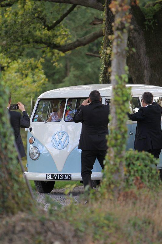 Arrivée des mariés au manoir en Combi.WV
