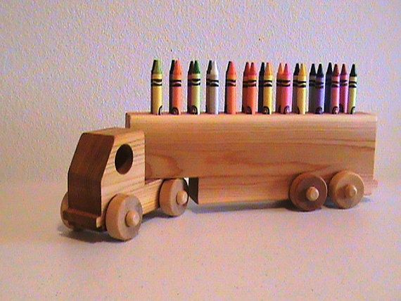 "Titular Crayons Truck pastel de madeira por RusticBearWoodworks no Etsy  Este brinquedo mede 14 ""de comprimento, 4"" de altura e 3 ""de largura. $34.95"