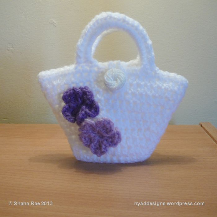 Free Pattern on Craftsy - cute petite purse - would make a lovely gift sack!