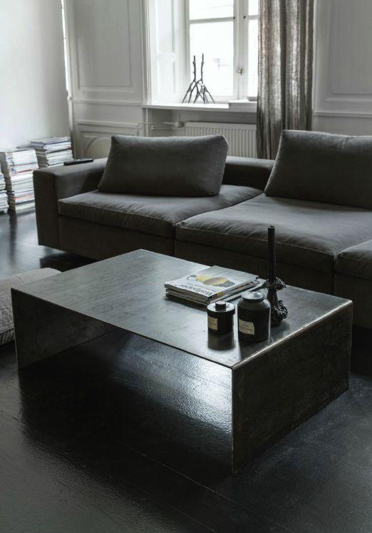 Minimalistisk sofabord i bøjet jern fra Clarrods interiors utrolig flotte, rå kollektion.  Behandling af bordet: Bordet er fremstillet af rå jern, og kan med tiden ruste  hvis der ligger vand på det eller andet væske. Men det er mere varme ting man skal passe på. Det kan ruste hvis det kommer direkte i kontakt med varme, feks et lys der bliver for varmt i bunden eller hvis man stiller en gryde direkte på - det kan det ikke tåle.  Ellers er det nemt og skal bare tørres af med en opvredet…