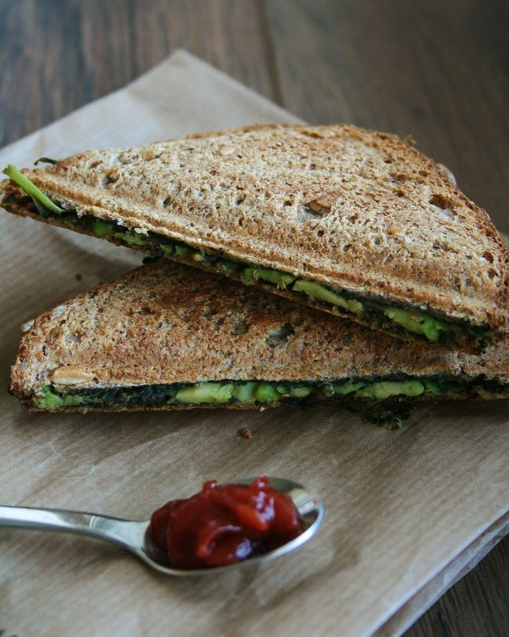 "Vegan grilled sandwich (in Dutch ""tosti"") with pesto, spinach, avocado and a little nutritional yeast (Dutch recipe)"