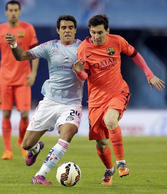 El delantero argentino del Barcelona, Leonel Messi pelea un balón con el centrocampista argentino del Celta, Augusto Fernández.
