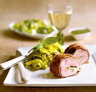 Mørbraden får en ny og overraskende smag, fordi den fyldes med pesto og pakkes ind i lufttørret skinke.