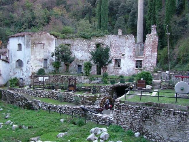 """Oggi vi facciamo scoprire """"La Valle delle Cartiere"""" a Toscolano Maderno sul Lago di Garda  . Un percorso immerso nella natura ricco di storia e tradizione. Il Lago di Garda  non è solo Acqua e Sole ma è intriso di Cultura ed Eventi. http://www.valledellecartiere.it  @lagogardapoint #lagodigarda"""