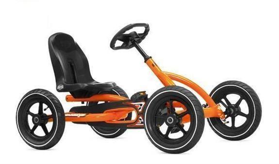 Buddy Orange es un kart ligero y compacto con un diseño muy vanguardista y original.  Tiene sistema BFT que es un sistema intuitivo para niños. Solo accionando los pedales puede ir marcha adelante, marcha atrás, piñón libre y frenar. Ocupa poco espacio y se puede guardar fácilmente en posición vertical. Asiento ajustable