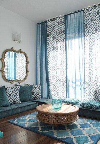 カーテン、ソファー・マットとブルーをかなり大胆に使っていますが、光が差し込んで空気感があり、とても神秘的なイメージのお部屋になっています。