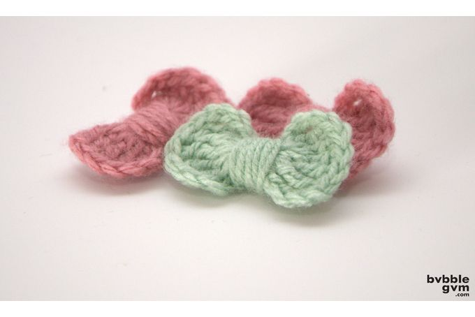 Knitted bow brooches by bvbblegvm