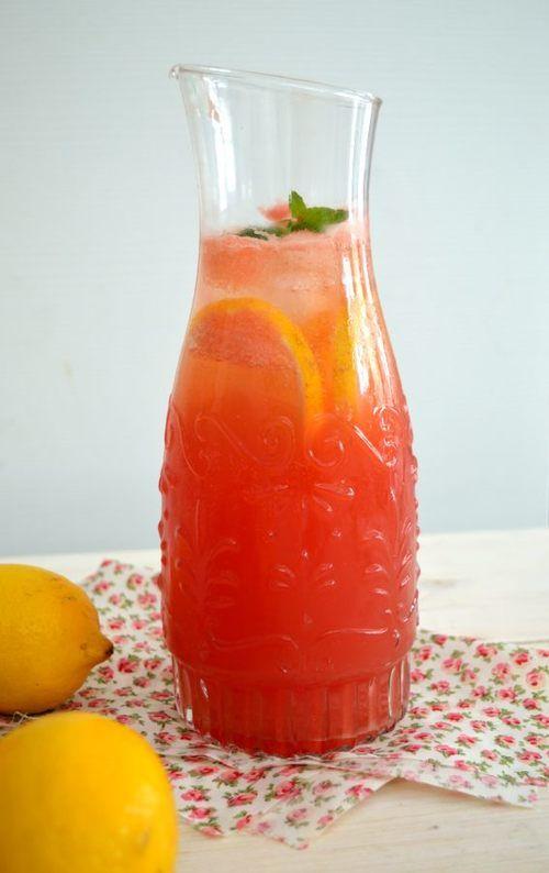 ΥΛΙΚΑ Για το σιρόπι: 235 γρ.(1 κούπα) ζάχαρη 55 ml (1/4 κούπας) νερό    450 γρ. (2 φέτες) καρπούζι 240 ml (1 κούπα + ½ κ. γ.) χυμό λεμονιών ανθρακούχο νερό ή νερό ή σόδα παγάκια φύλλα μέντας (προαιρετικό) 3 – 4 φέτες φρέσκο λεμόνι (προαιρετικό)