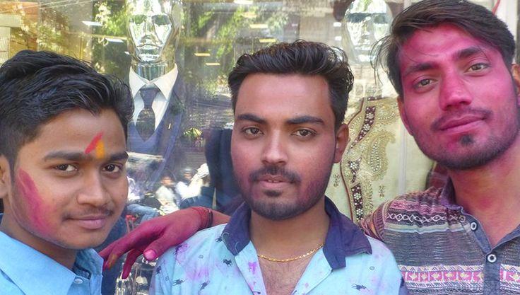 Drei indische Männer mit Farbe im Gesicht. Holi Farbenfest.