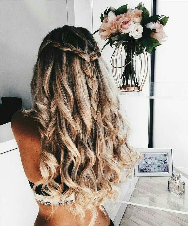 Crimped Blonde Hair With A Braided Front Providing Contrasting Textures And A Wild Style Blonde Hair Inspiration Textured Hair Beautiful Blonde Hair