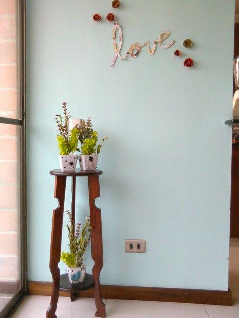 Se pinta de agua marine la pared se escribe love en carton estampado y se le pega con flores y letras